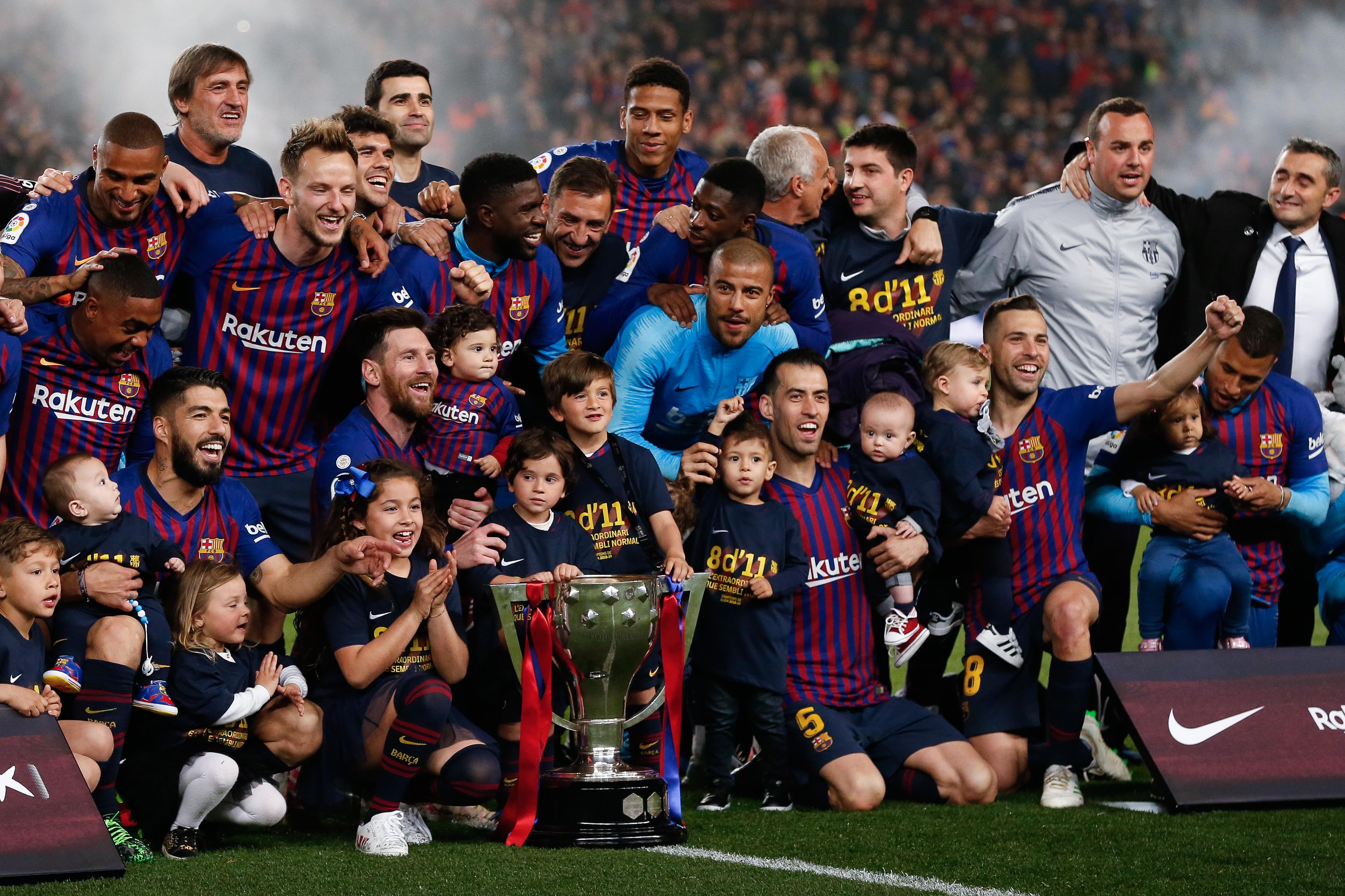 Los jugadores del Barcelona junto a sus hijos celebran el título de LaLiga de la temporada 2018-2019. (Foto Prensa Libre: AFP)