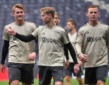 La joven nueva generación del Ajax sigue la escuela implantada por Johan Cruyff. (Foto Prensa Libre: AFP)