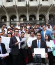 Dirigentes del Movimiento Semilla, cuando llegaron a la CSJ el pasado 4 de abril a entregar el el amparo. (Foto Prensa Libre: Hemeroteca PL)