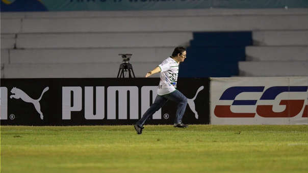 Lucas, un joven con síndrome de down, celebra después de anotarle un penalti al portero del Peñarol. (Foto Prensa Libre: Tomada de El País de Uruguay)