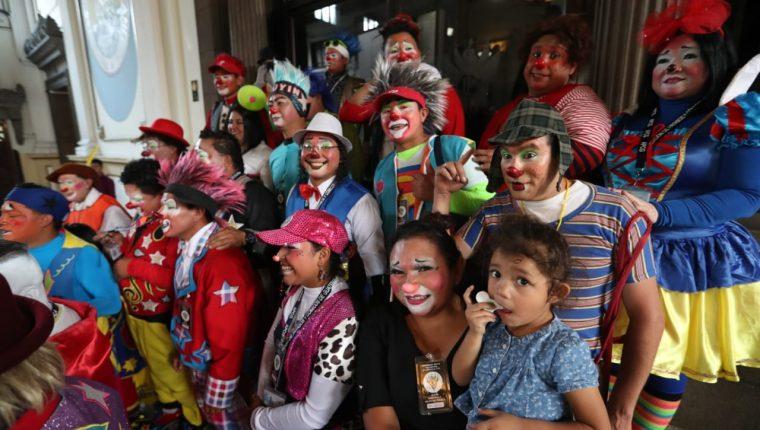 Varios payasos acudieron al Congreso para pedir que se apruebe el Día Nacional del Payaso. (Foto Prensa Libre: Óscar Rivas)
