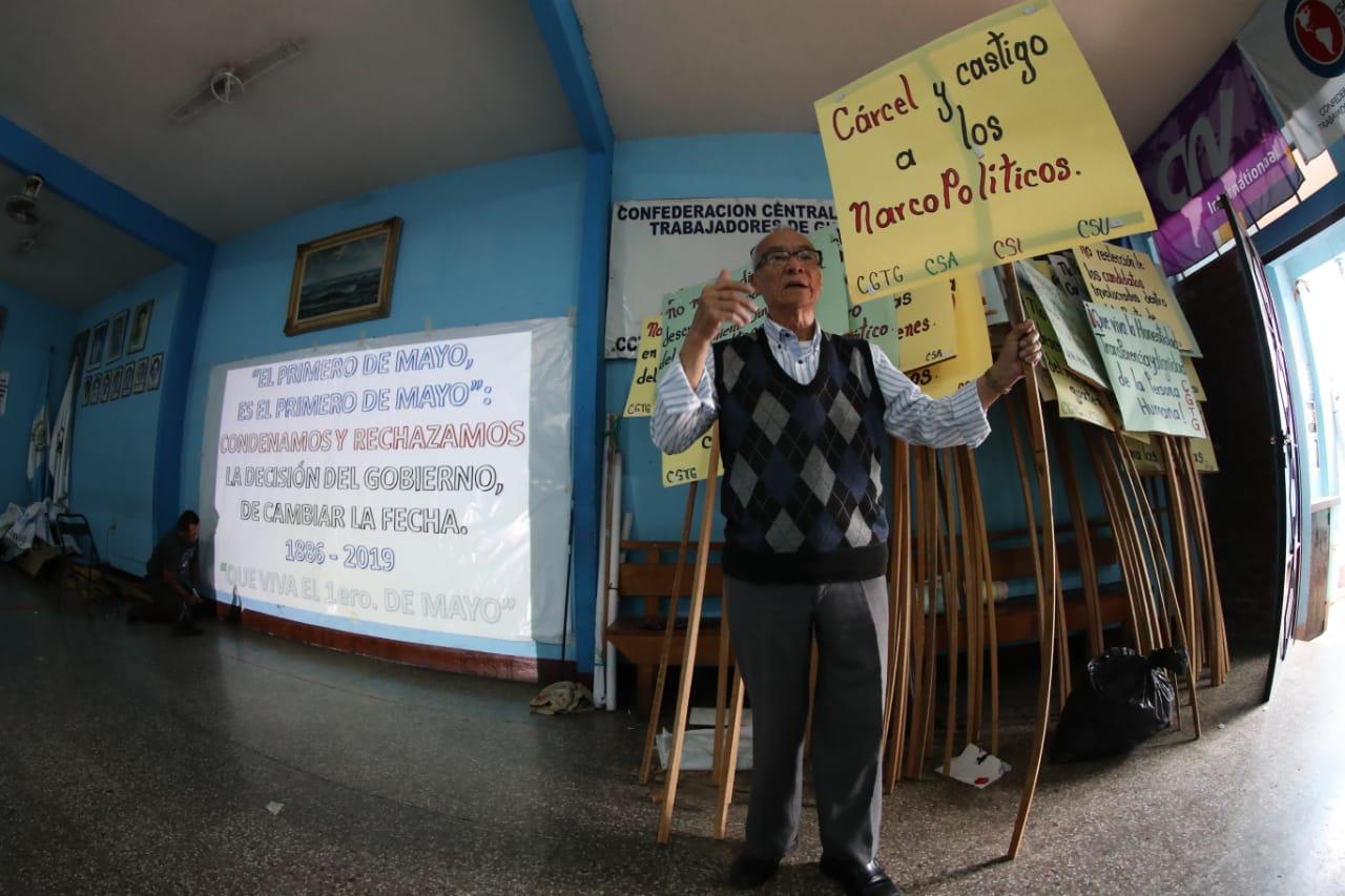 José Pinzón, miembro del Comité Ejecutivo de la CGTG, habla de los preparativos para la marcha por el Día Internacional del Trabajo. (Foto Prensa Libre: Esbin García)