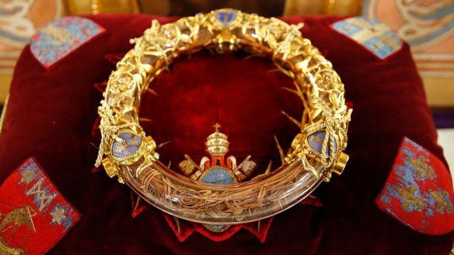 Aunque su autenticidad no está verificada, la corona de espinas es una de las reliquias más valoradas por los creyentes parisinos. GETTY IMAGES