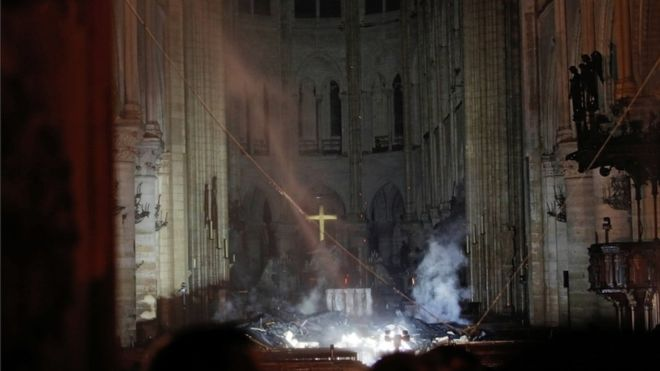 El interior de la catedral de Notre Dame quedó visiblemente dañado tras el incendio que se desató este lunes en el templo parisino. REUTERS
