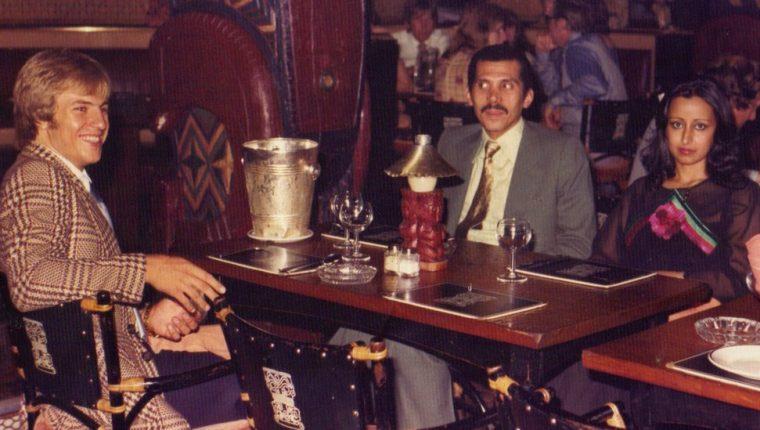 El futbolista inglés Eamonn O'Keefe (izquierda) desarrolló una relación de confianza con el príncipe Abdulá bin Nasser, presidente del equipo saudita Al Hilal.