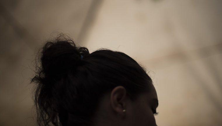 Hebe pidió ocultar su identidad y lugar de residencia por miedo a represalias de la pandilla Barrio 18 Sureños, después de que ella saliera durante siete meses con un pandillero que la acusó a ella y a 75 personas de distintos homicidios.