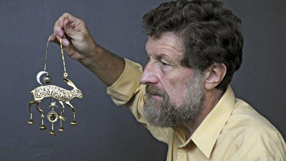 El artista Kit Williams, autor de html5-dom-document-internal-entity1-quot-endMasqueradehtml5-dom-document-internal-entity1-quot-end, con la liebre dorada que fue el premio de la búsqueda del tesoro.