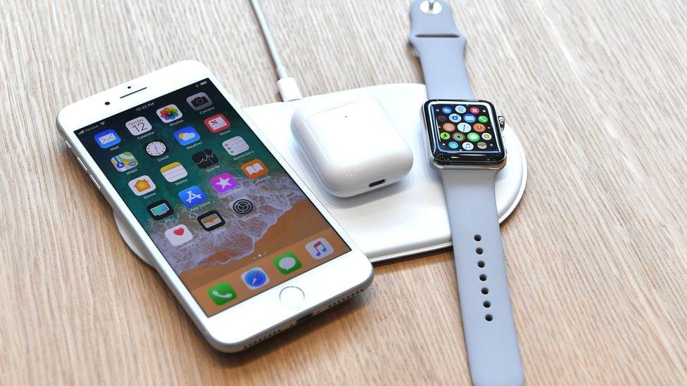 Por qué Apple renuncia al cargador inalámbrico para iPhone que había prometido