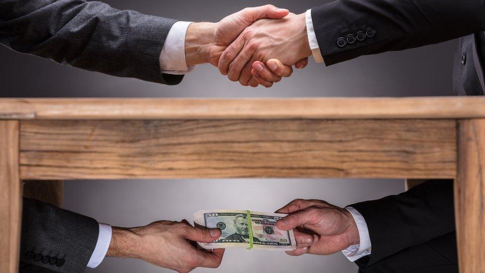 La corrupción afecta los ingresos fiscales de los gobiernos de forma significativa. (GETTY IMAGES)