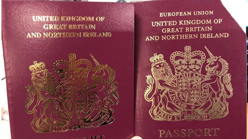 Una de las ciudadanas a las que se le dio el nuevo pasaporte dijo estar html5-dom-document-internal-entity1-quot-endconsternadahtml5-dom-document-internal-entity1-quot-end por el cambio.