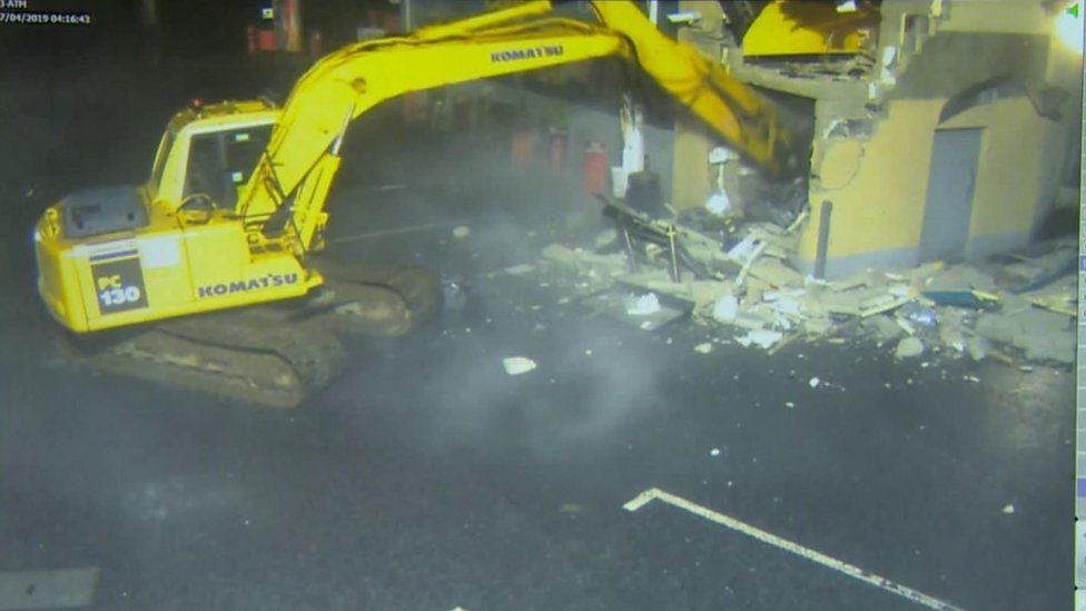 Irlanda del Norte: los ladrones que usaron una excavadora para llevarse un cajero automático