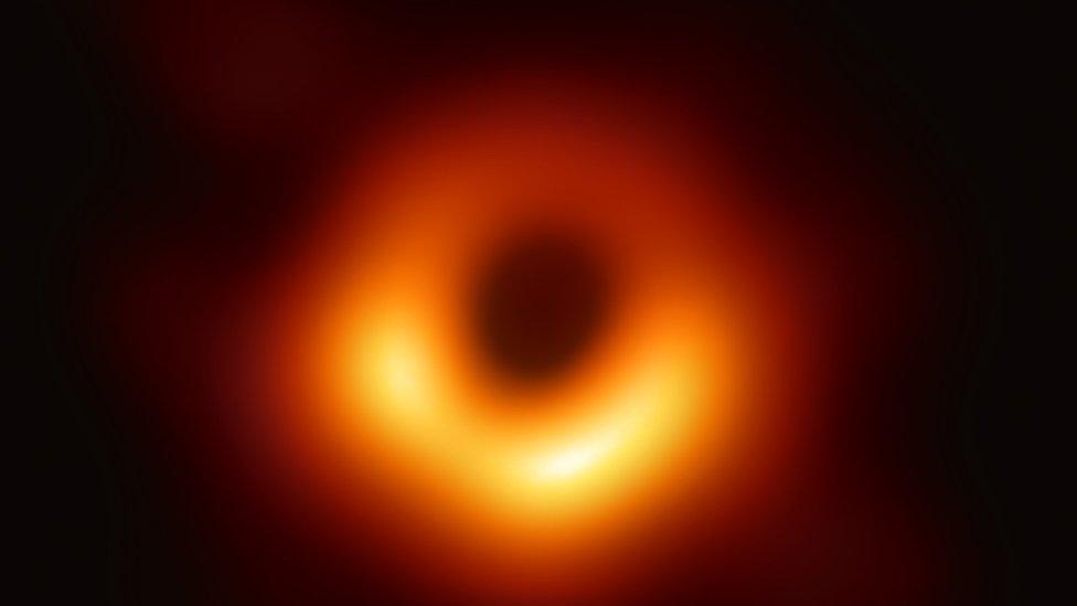 La primera foto de un agujero negro fue captada for una red de ocho telescopios, incluyendo observatorios en Chile, México y España.