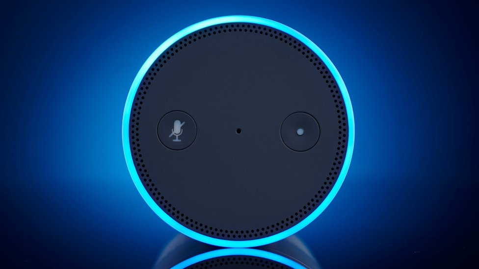 Empleados de Amazon le dijeron a Bloomberg que escuchan, a veces en grupo, conversaciones de clientes.