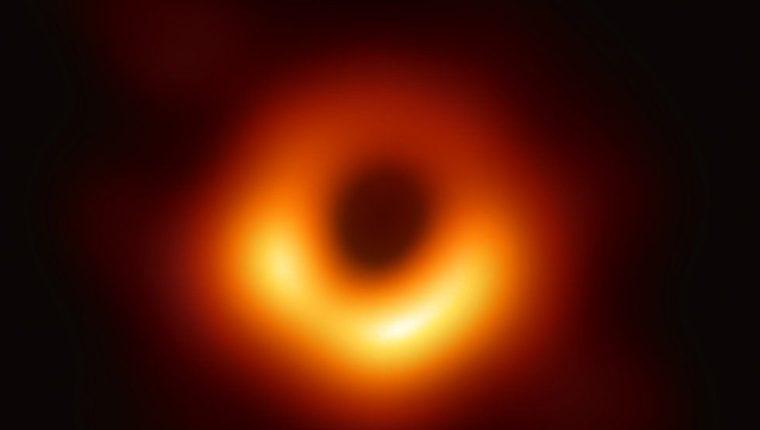 El agujero negro fotografiado en el corazón de la galaxia M87, en la constelación de Virgo, es 6.500 millones de veces más grande que el Sol.