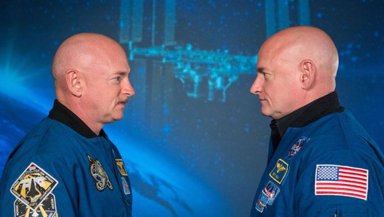 Scott Kelly (der) pasó 340 días en la Estación Espacial Internacional mientras su hermano gemelo Mark (izq) permaneció en la Tierra. NASA