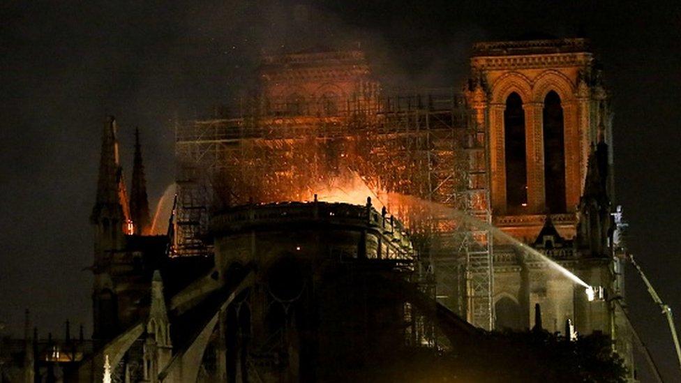 Las llamas destruyeron dos tercios del techo de Notre Dame y causaron la caída de su aguja central.