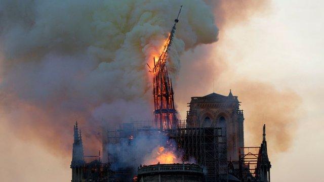 El momento de la caída de la aguja de Notre Dame se convirtió en el símbolo del voraz incendio que sufrió el templo este lunes.