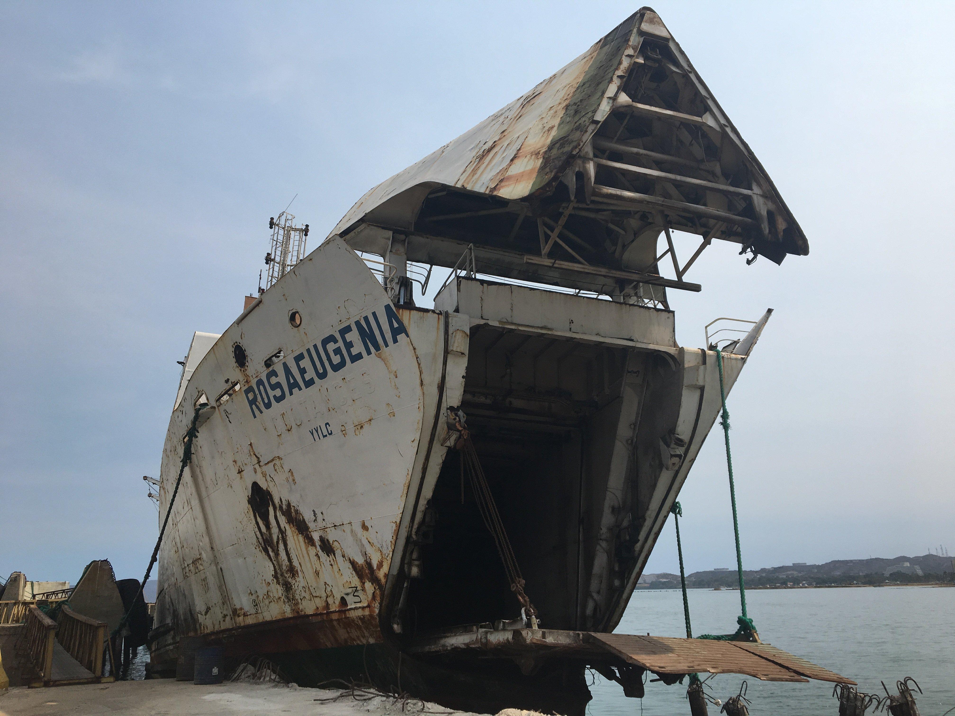 La popa del Rosa Eugenia ya ha tocado fondo. El abandono de estos barcos supone un grave riesgo medioambiental. GUILLERMO OLMO