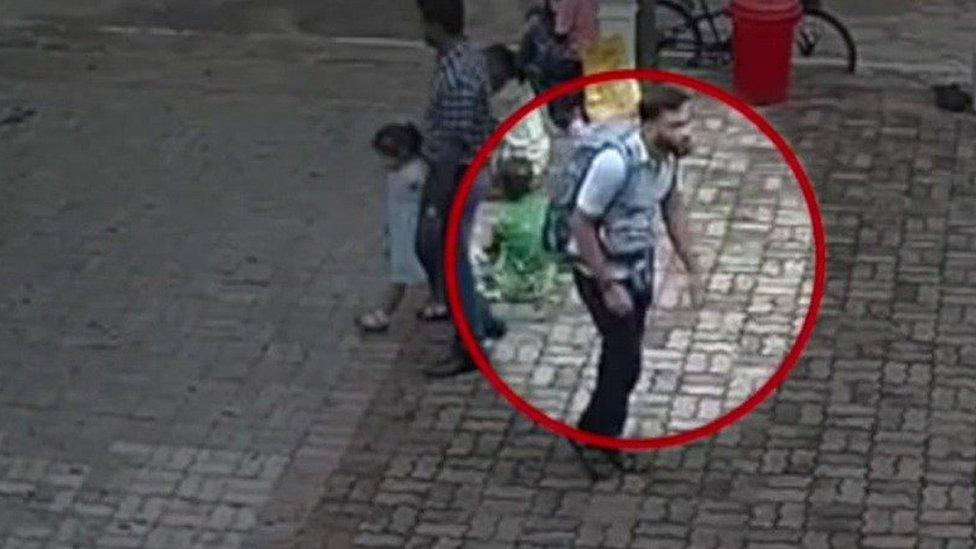 Un video de seguridad muestra a uno de los atacantes caminando tranquilamente hacia su objetivo, el domingo. REUTERS