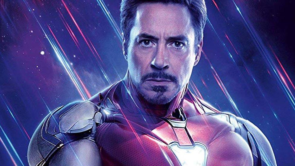 Tony Stark, que se convierte en Iron Man, es uno de los líderes de los Avengers.