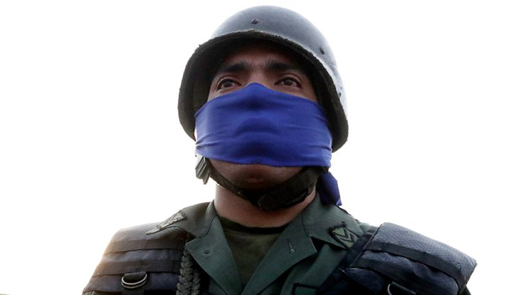 Los militares que apoyan a Juan Guaidó se identifican con la banda de color azul.