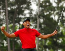 Así festejó Tiger Woods su triunfo. (Foto Prensa Libre: AFP)