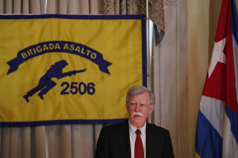 El consejero de Seguridad Nacional, John R. Bolton, habla con exilianos cubanos en Miami. (Foto Prensa Libre: AFP)