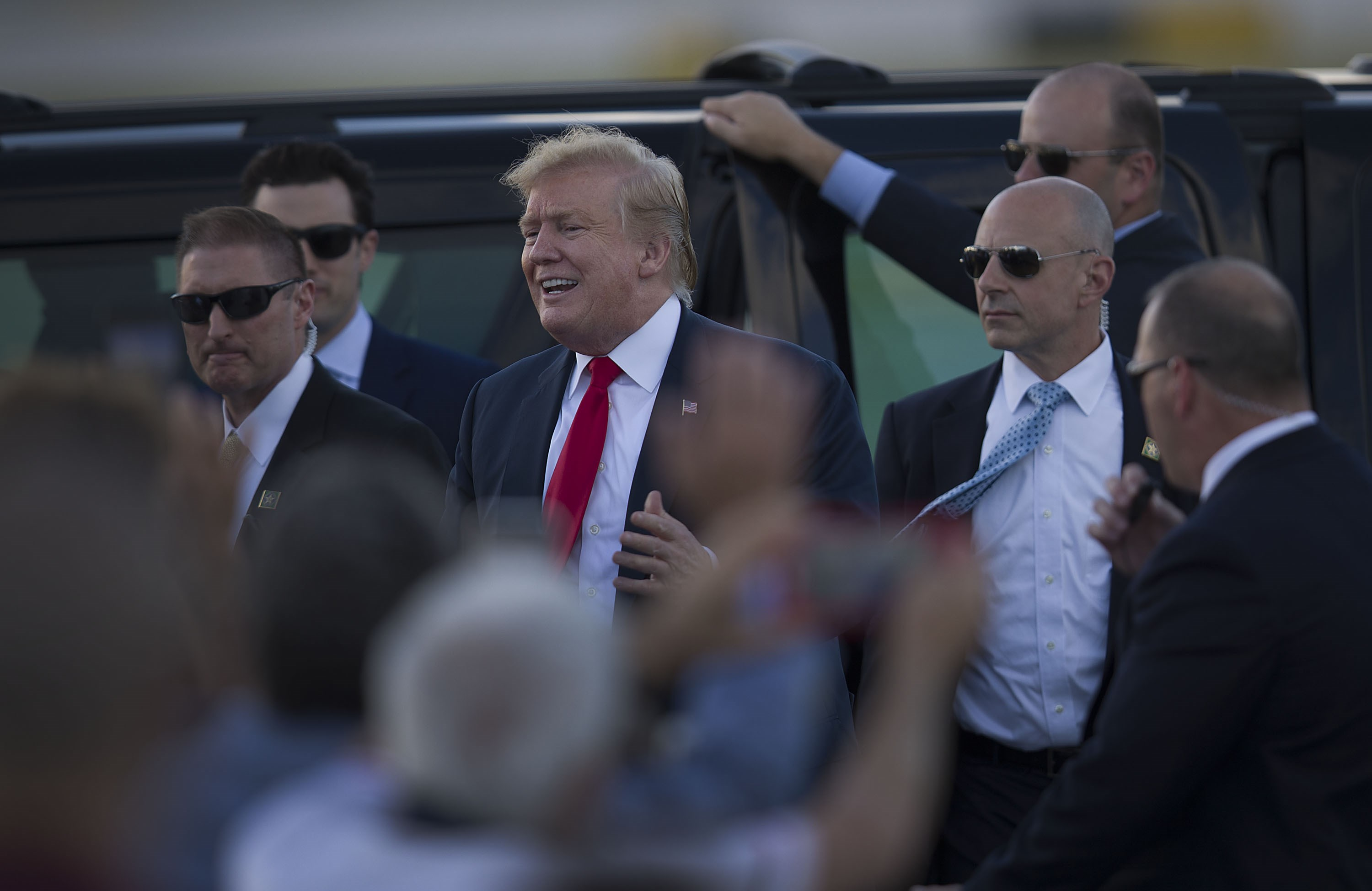 WEST PALM BEACH, FLORIDA - APRIL 18: US President Donald Trump greets supporters after arriving on Air Force One at the Palm Beach International Airport to spend Easter weekend at his Mar-a-Lago resort on April 18, 2019 in West Palm Beach, Florida. President Trump arrived as the report from special counsel Robert S. Mueller III was released by Attorney General William P. Bar earlier today in Washington, DC.   Joe Raedle/Getty Images/AFP == FOR NEWSPAPERS, INTERNET, TELCOS & TELEVISION USE ONLY ==