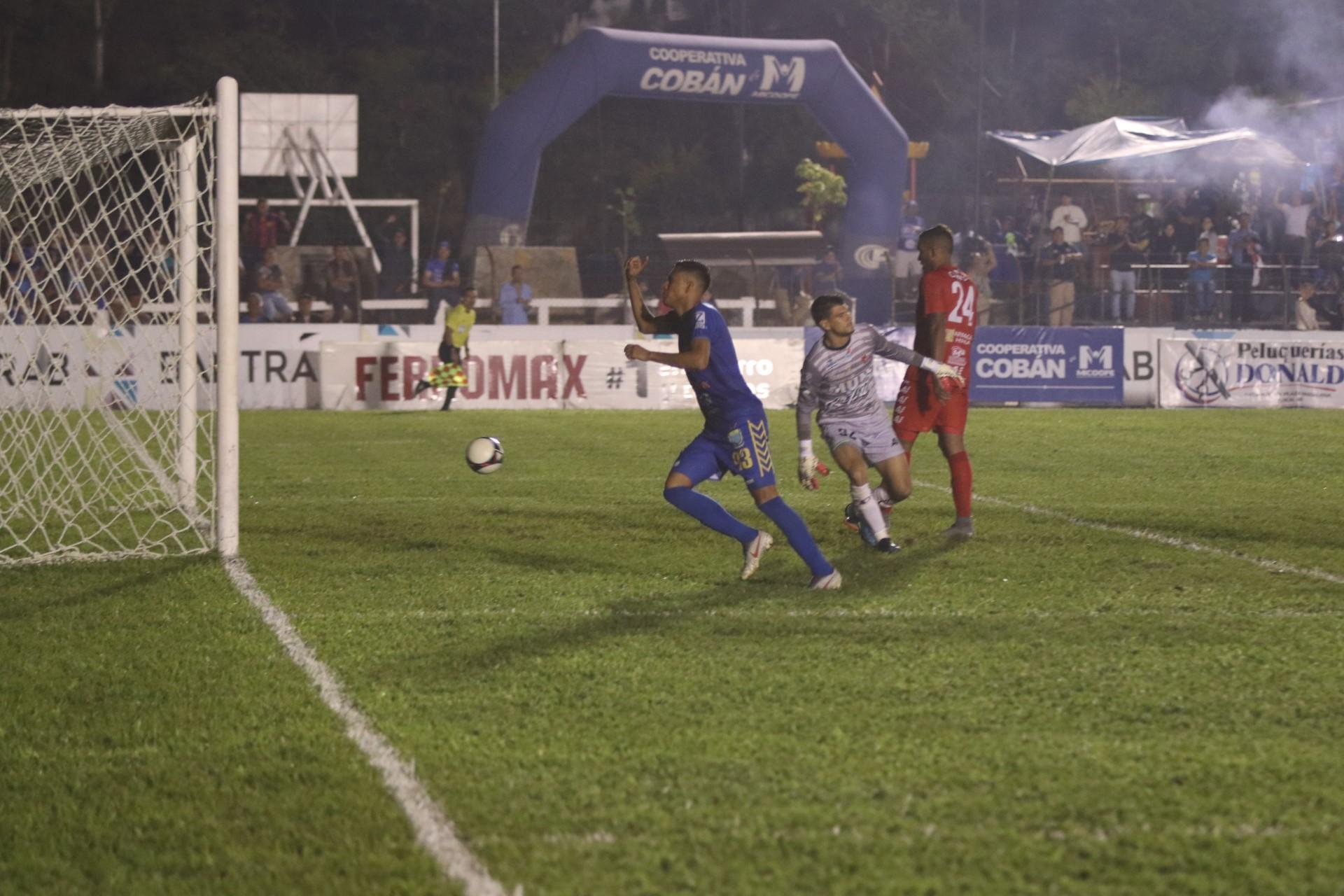 Gerson Tinoco anota el segundo gol de Cobán. (Foto Prensa Libre: Eduardo Sam)