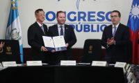 El embajador taiwanés John Lai, junto al presidente del Congreso Álvaro Arzú Escobar y el primer vicepresidente Felipe Alejos. (Foto Prensa Libre: Esbin García)