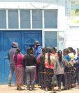 Pobladores se aglomeran afuera del centro de Salud de Santa Catarina Ixtahuacán, Sololá, donde se encuentra el cadáver de una persona, luego de enfrentamiento con pobladores de Nahualá. (Foto Prensa Libre: Cortesía de los Bomberos Voluntarios de San Cristóbal Totonicapán)