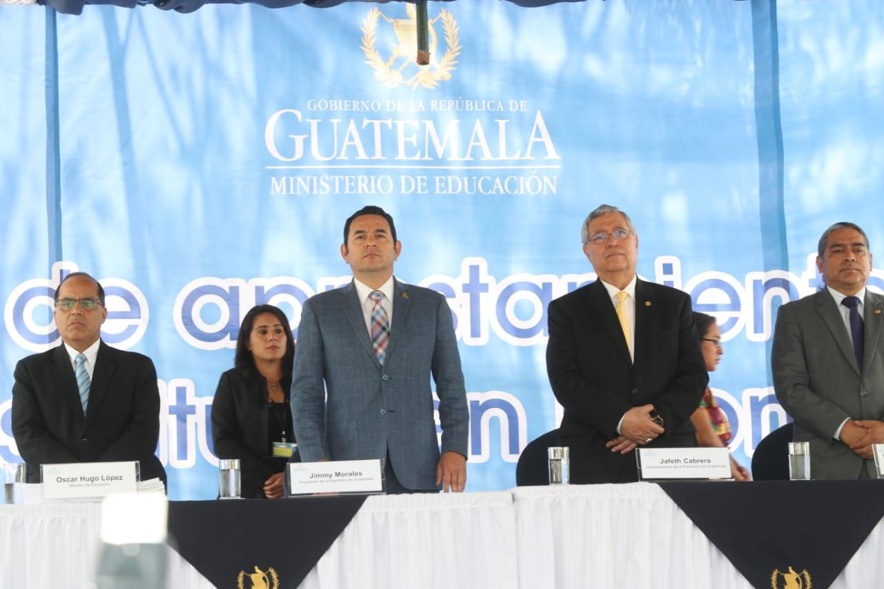 Jimmy Morales, durante la entrega de libros en idiomas mayas para estudiantes. (Foto Prensa Libre: Esbin García)