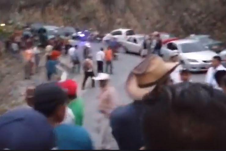 Dos muertos y 34 heridos al caer un microbús a una hondonada en Baja Verapaz