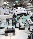 Un estudio de la consultora Oxford Economics estima que las empresas utilizarán robots para que ejecuten funciones especiales. (Foto Prensa Libre: EFE)