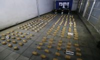 CH01 SANTIAGO (CHILE) 01/04/2019 - Fotografía cedida ese lunes por la Policía de Investigaciones (PDI) de Chile, que muestra el decomiso de 262,1 kilos de cocaína base y las armas incautadas durante un operativo realizado en la región de Valparaíso y la Metropolitana (Chile). La PDI de Chile informó este lunes sobre la incautación de 262,1 kilos de cocaína base durante un procedimiento en Santiago que acabó con la detención de cinco personas de nacionalidad chilena que integraban una organización criminal. Esta banda se encargaba de introducir la droga por la región de Arica y Parinacota, en el norte de Chile, desde Bolivia para posteriormente trasladarla hasta la localidad de San Felipe, en la región de Valparaíso. EFE/ PDI De Chile SÓLO USO EDITORIAL? NO VENTAS