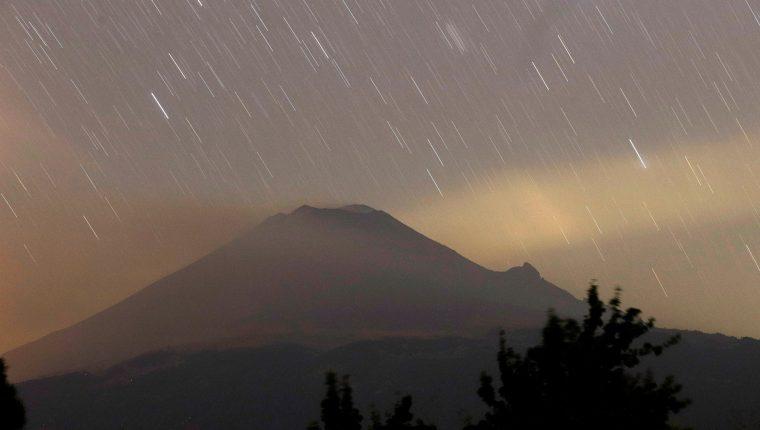 El volcán Popocatépetl cambió la naturaleza de su explosiones tras los sismos de 2017 y podría mantener una actividad intensa-moderada en los próximos meses, aseguraron este lunes expertos del Instituto de Geofísica de la Universidad Nacional Autónoma de México (UNAM).  (Foto Prensa Libre: EFE)