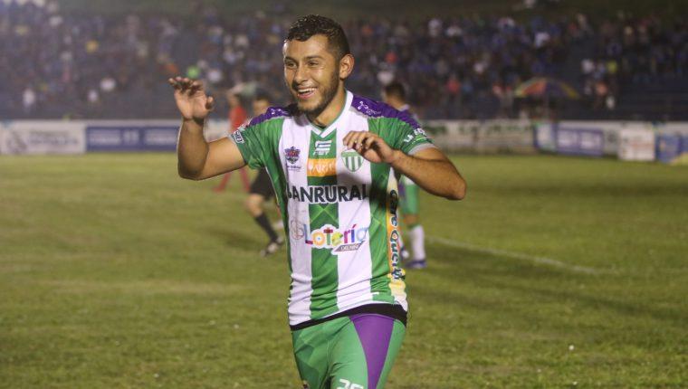 Cristian Jiménez celebra su triplete en la victoria de Antigua GFC contra Cobán Imperial. (Foto Prensa Libre: Eduardo Sam)