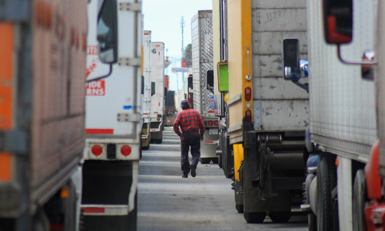 MEX050. TUJUANA (MÉXICO), 04/04/2019.- Cientos de camiones hacen fila este jueves para cruzar hacia Estados Unidos, en la garita de Otay Mesa, en la ciudad de Tijuana, en el estado de Baja California (México). El cierre de carriles en la garita migratoria de Otay Mesa, debido a las medidas adoptadas por la Oficina de Aduanas y Protección Fronteriza (CBP) de Estados Unidos para reforzar la frontera, ha retrasado la exportación de mercancía de México a ese país desde la ciudad de Tijuana. EFE/Joebeth Terriquez