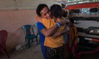 El excarcelado 'preso político' del gobierno de Daniel Ortega Franklin Rodrigo Artola García (i) abraza a su mamá Lidia del Socorro Pérez luego de ser liberado este viernes, en su casa de habitación en el barrio Heialea, en Managua, Nicaragua. (Foto Prensa Libre: EFE)