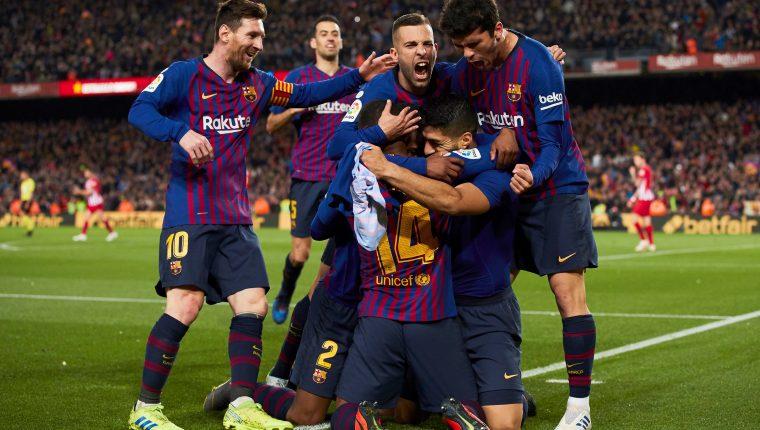 Los jugadores del FC Barcelona celebran el primer gol del equipo blaugrana durante el encuentro correspondiente a la jornada 31 de primera división que han disputado esta noche frente al Atlético de Madrid en el estadio del Camp Nou, en Barcelona. (Foto Prensa Libre: EFE)