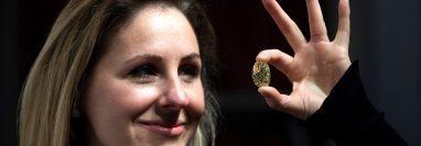 Una empleada de la casa de subastas Christie's muestra un diamante de color de 118.5 quilates. (Foto Prensa Libre: EFE)