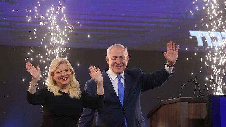El primer ministro de Israel y jefe del partido Likud, Benjamin Netanyahu, junto con su esposa Sara. (Foto Prensa Libre: EFE)