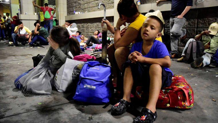 Cientos de hondureños partieron en la reciente caravana desde San Pedro Sula con la intención de llegar a EE. UU. (Foto Prensa Libre: EFE)
