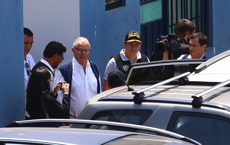 El expresidente peruano Pedro Pablo Kuczynski sale de la sede de Medicina Legal tras su detención este miércoles en Lima, Perú. (Foto Prensa Libre: EFE)