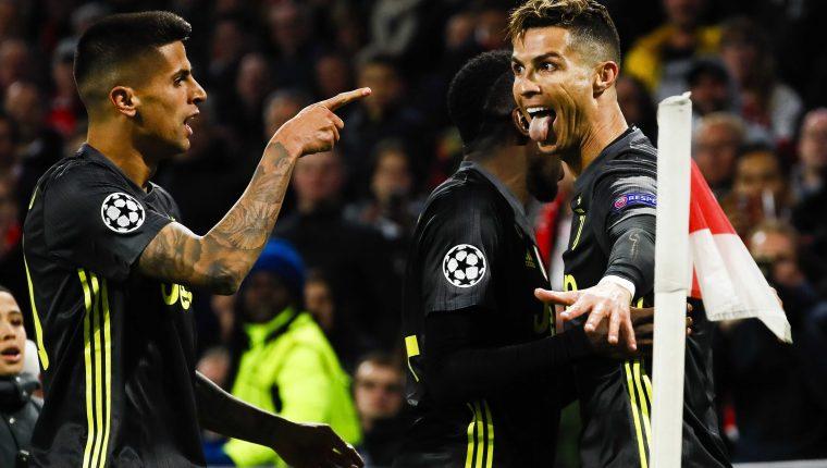 Cristiano Ronaldo (d) de la Juventus celebra con sus compañeros tras anotar un gol este miércoles, durante el partido de ida de cuartos de final de la Liga de Campeones UEFA, entre el Ajax Amsterdam y la Juventus FC,. (Foto Prensa Libre: EFE)