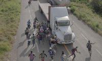 """EPA3028. TAPANATEPEC (MÉXICO), 11/04/2019.- Fotografía tomada por Pieter Ten Hoopen el 30 de octubre de 2018 y cedida por la organización World Press Photo (WPP), que muestra a personas corriendo hacia un camión que paró para llevarlos, afuera de Tapanatepec (México). La fotografía hace parte de la serie """"La caravana migrante"""" y fue elegida como """"historia periodística mundial del año"""" en el concurso World Press Photo 2019. Algunos conductores cobraron para transportar a los migrantes en una parte de su recorrido, pero la mayoría ofrecieron sus servicios gratuitamente como señal de apoyo. EFE/Pieter Ten Hoopen/Agencia VU/Civilian Act/NO RECORTAR/NO MANIPULAR/SOLO PARA PUBLICACIÓN INDIVIDUAL EN RELACIÓN CON EL WORLD PRESS PHOTO Y SUS ACTIVIDADES/SOLO USO EDITORIAL/NO VENTAS"""