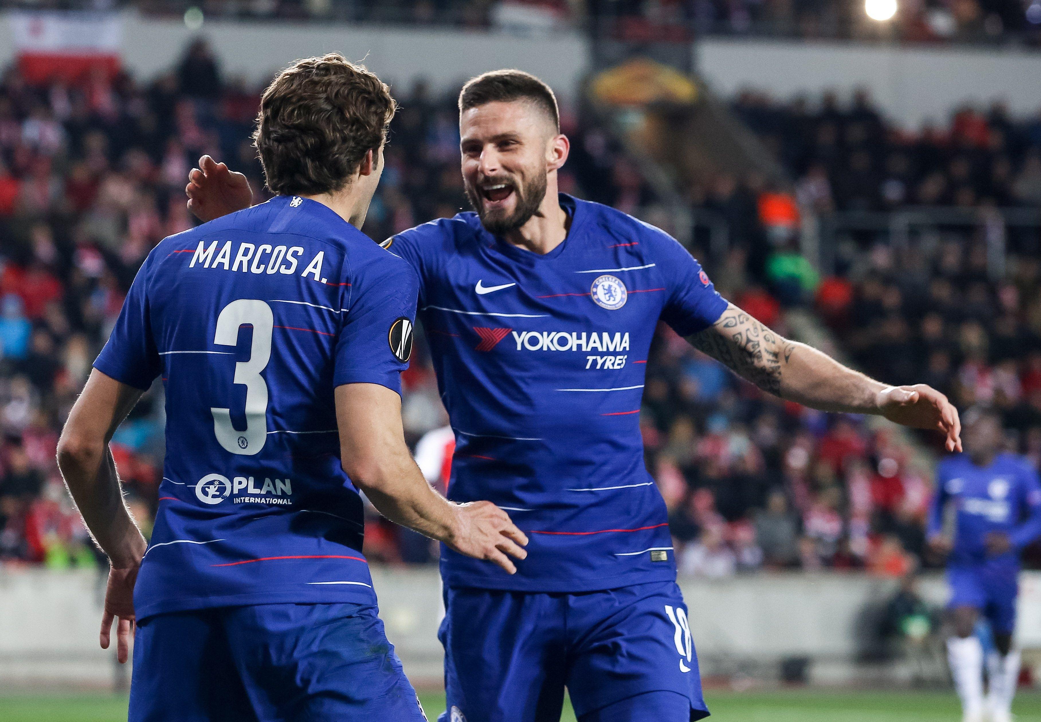 Marcos Alonso (i) y Olivier Giroud del Chelsea celebran durante el partido por los cuartos de final de la Liga Europa de la UEFA entre el SK Slavia Prague y el Chelsea FC este jueves, en Praga (República Checa). (Foto Prensa Libre: EFE)