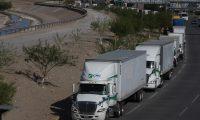 MEX020. CIUDAD JUÁREZ (MÉXICO),11/04/2019.- Cientos de vehículos permanecen parados hoy, jueves 11 de abril de 2019, a la espera de cruzar a Estados Unidos por la garita de Puente Zaragoza y Paso del Norte, en la fronteriza Ciudad Juárez, en el estado de Chihuahua (México). El 40 por ciento de los tres mil embarques diarios a Estados Unidos por esta frontera, están siendo afectados por un recorte de personal en la aduana americana y ahora solo el 55 por ciento logra cruzar, informó la Cámara Nacional de Autotransporte de Carga, en tanto que un automóvilista demora hasta 90 minutos en cruzar la línea fronteriza . EFE/David Peinado
