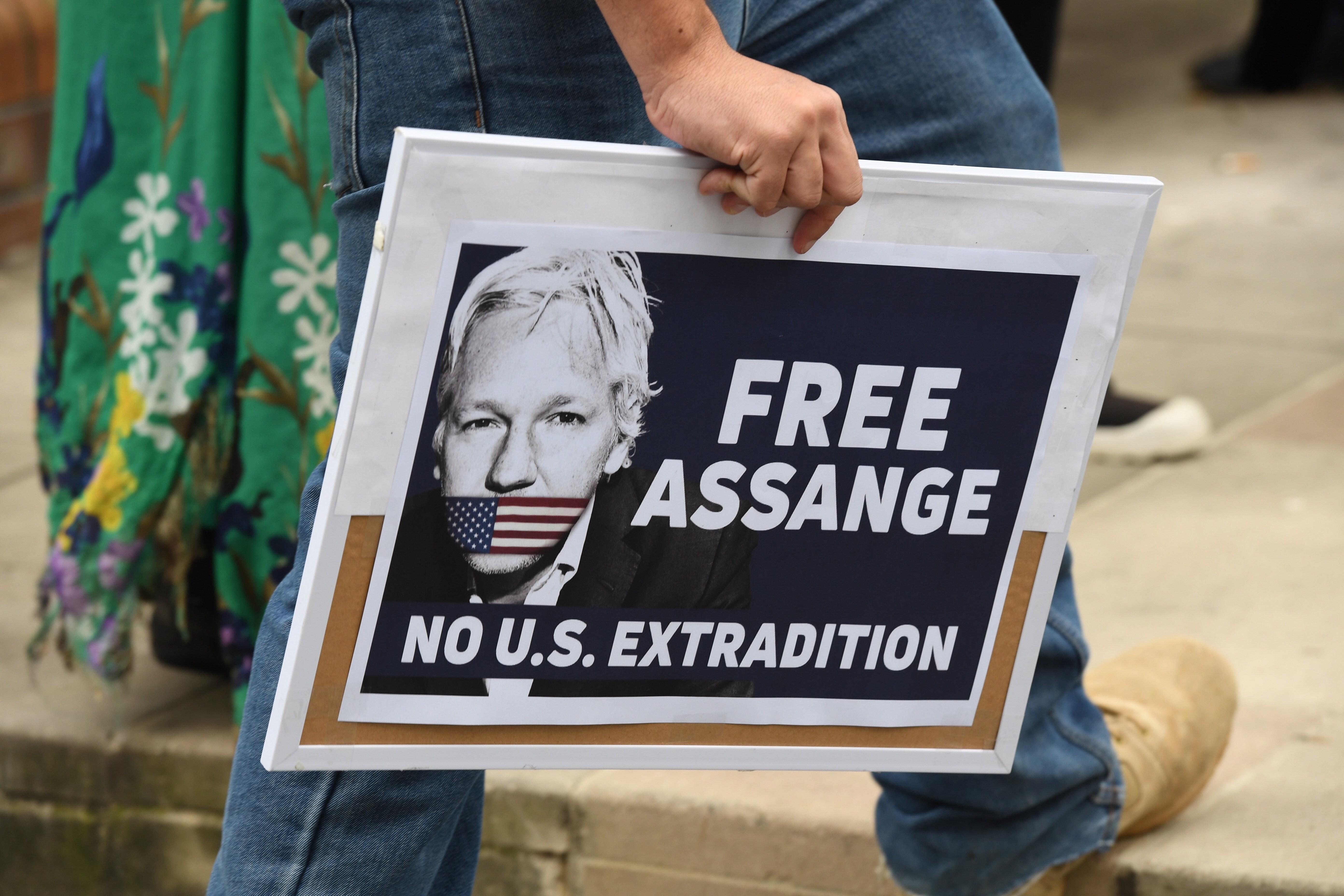 EPA3402. SÍDNEY (AUSTRALIA), 12/04/2019.- Manifestantes sostienen pancartas durante un mitin para pedir la liberación del fundador de WikiLeaks, Julian Assange este viernes, en Sídney, (Australia). El presidente de Ecuador, Lenin Moreno, retiró el asilo de Assange, luego de acusarlo de violar acuerdos internacionales, un protocolo especial de Convivencia y participación en una trama de desestabilización institucional. Assange fue arrestado por las autoridades británicas el 11 de abril de 2019. EFE/ Peter Rae PROHIBIDO SU USO EN AUSTRALIA Y NUEVA ZELANDA