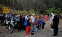 AME9777. AGUA CALIENTE (HONDURAS), 12/04/2019.- Migrantes cubanos hablan con un agente de migración este viernes al llegar a la Aduana de Agua Caliente (Honduras), fronterizo con Guatemala. En este punto fronterizo se encuentra una caravana migrante convocada por redes sociales y que salió el martes de San Pedro Sula, en el norte hondureño. EFE/ Gustavo Amador
